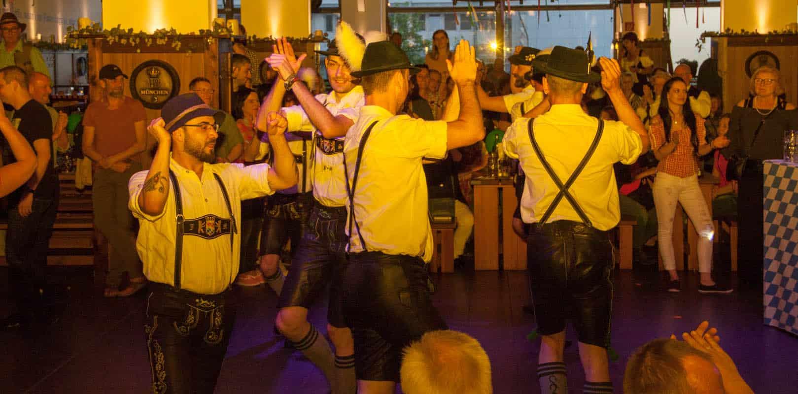 Schuhplattler und bayrische Musiker in München