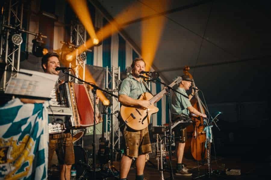 Band im Festzelt für bayrische Band