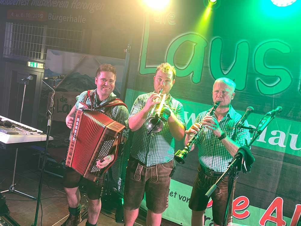 bayrische Musiker auf der Bühne