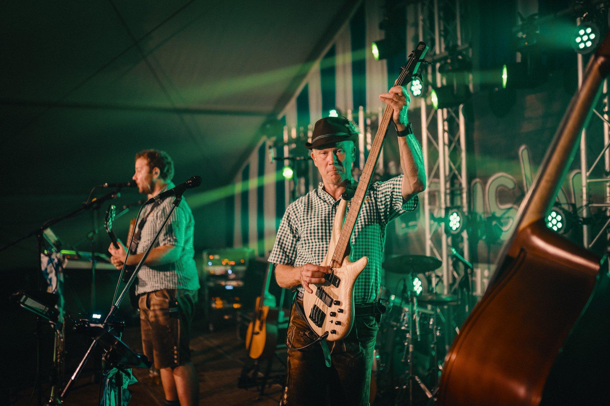 volksfestband auf der Bühne