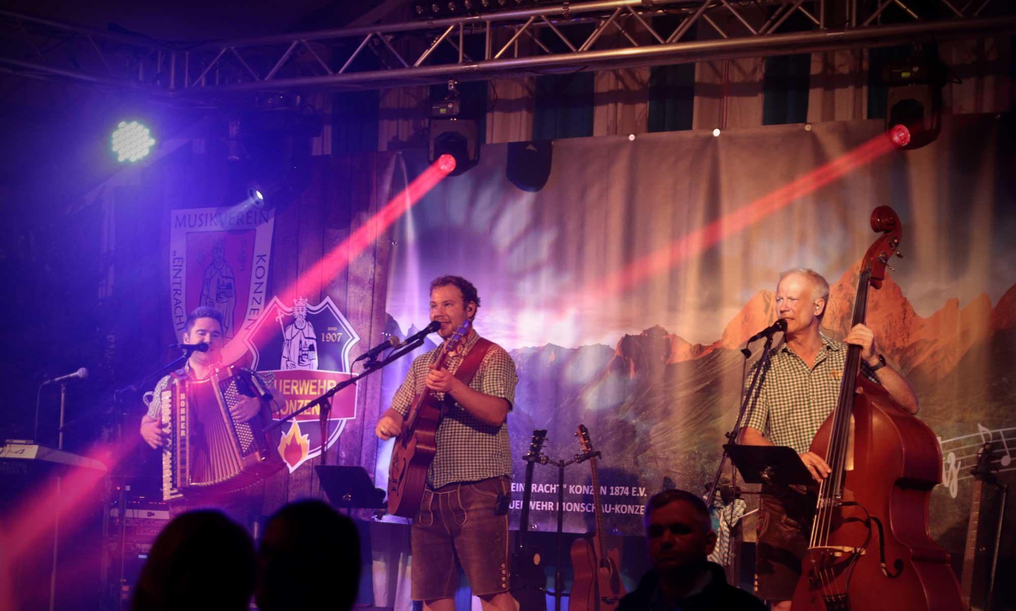 Musiker spielen als bayerische Band